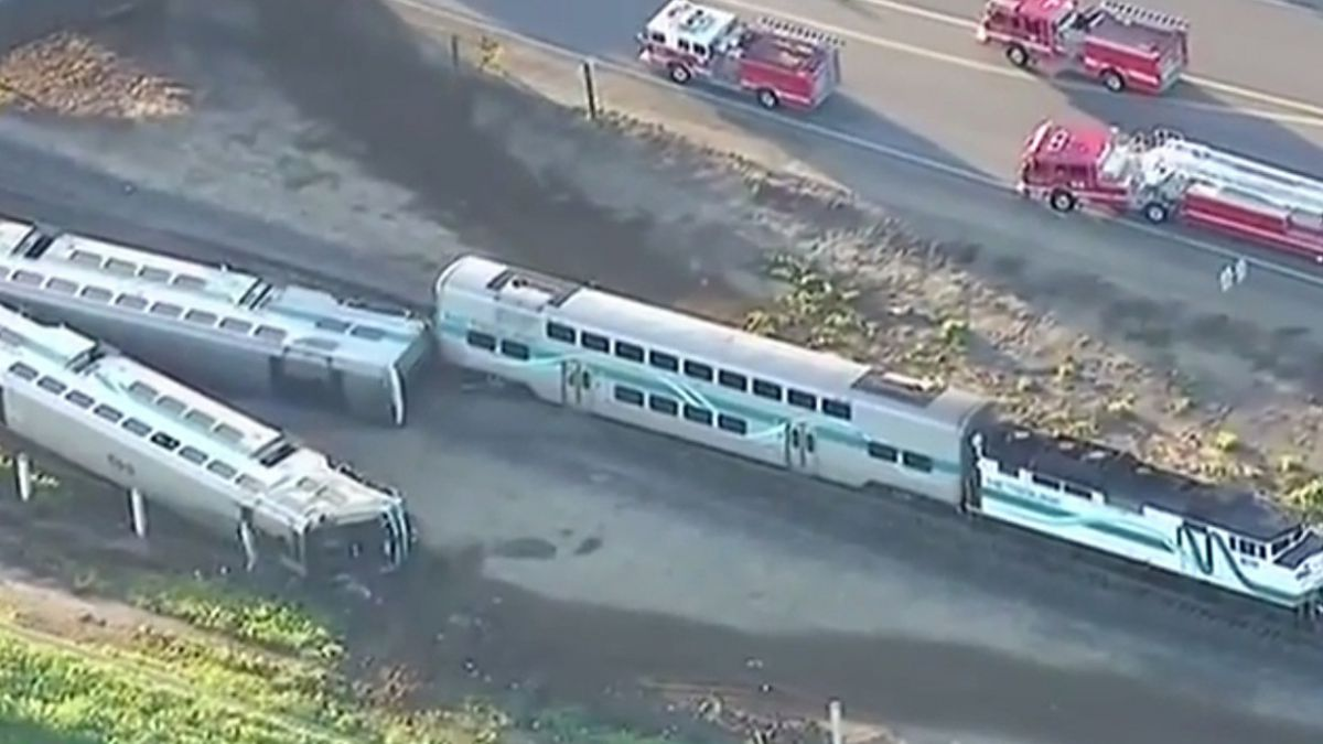 Descarrilamiento en California deja un muerto y 30 heridos