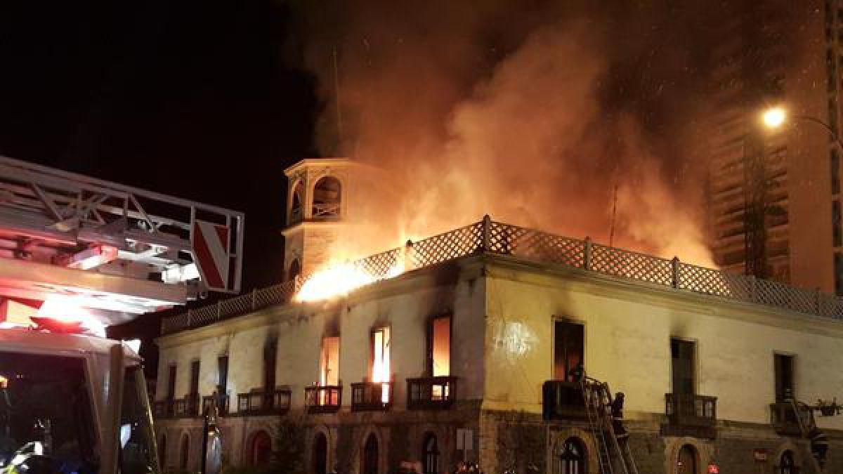 Incendio afecta a ex Aduana y Museo de Iquique