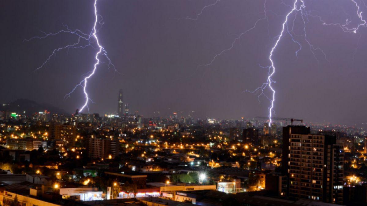 Intensa tormenta eléctrica se registró en distintas zonas de la Región Metropolitana