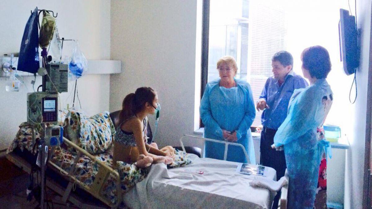 Presidenta Bachelet visita a niña que solicitó eutanasia