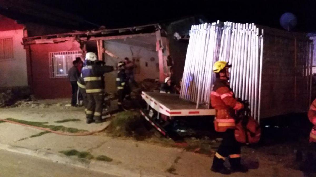 Camión cae sobre casa en Valparaíso dejando dos heridos