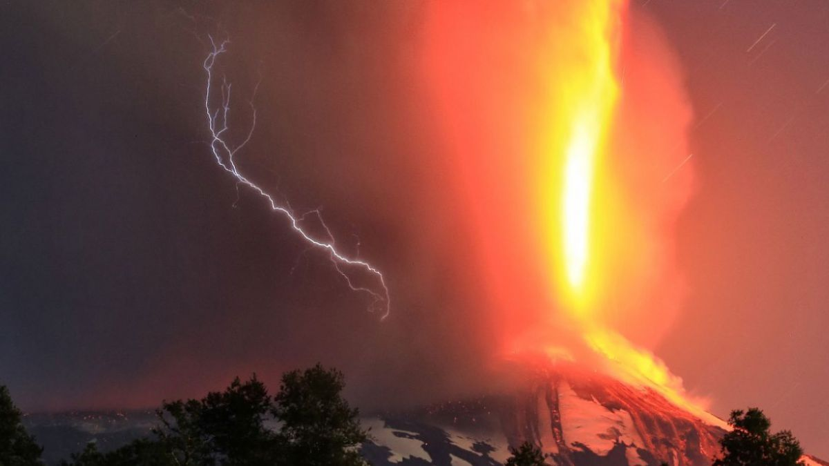 [FOTOS] Rayos en el volcán: Impresionantes fotos de la erupción