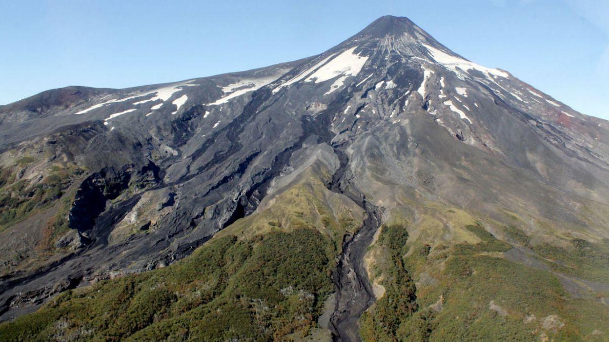 Volcán Villarrica mantiene actividad débil a una semana de su erupción