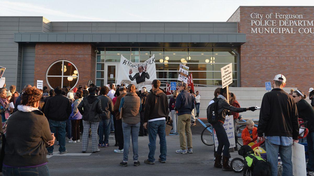 Policía de Ferguson es acusada de actuar en base a prejuicios raciales