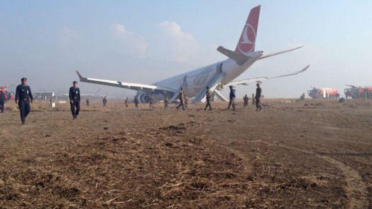 [VÍDEO] Avión de Turkish Airlines patina fuera de la pista del aeropuerto de Nepal