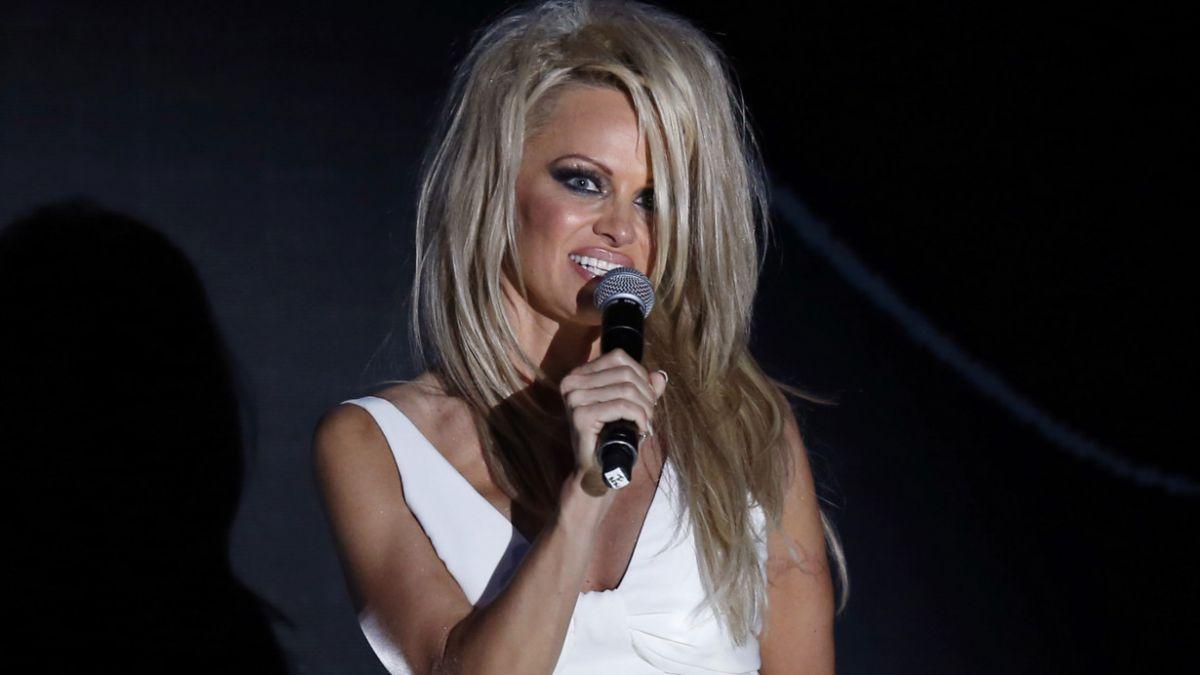 FOTOS: Pamela Anderson impacta con elegante cambio de look
