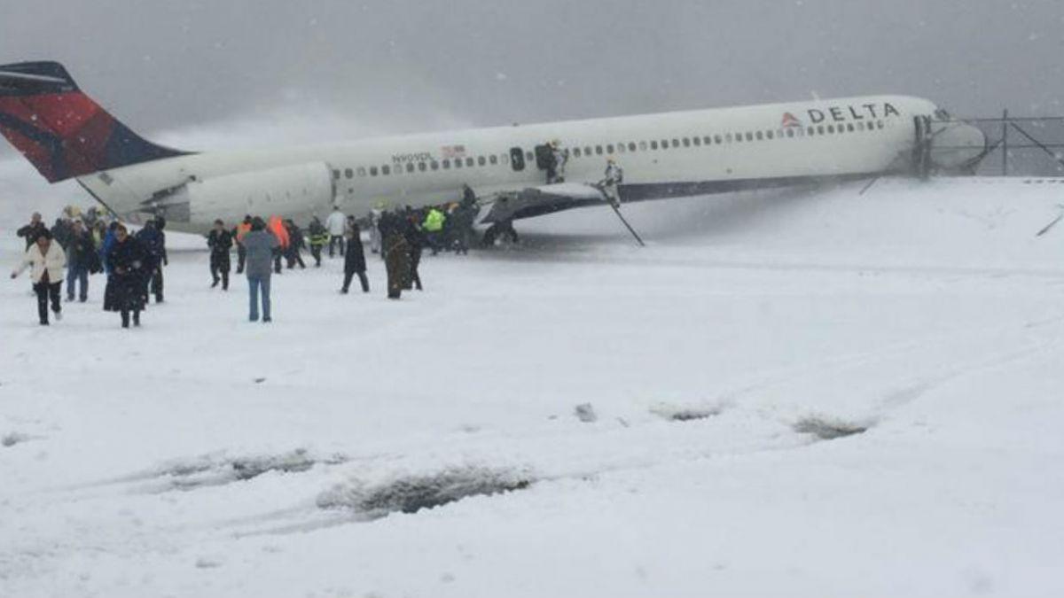 Avión se sale de pista por nueva tormenta de nieve en Nueva York