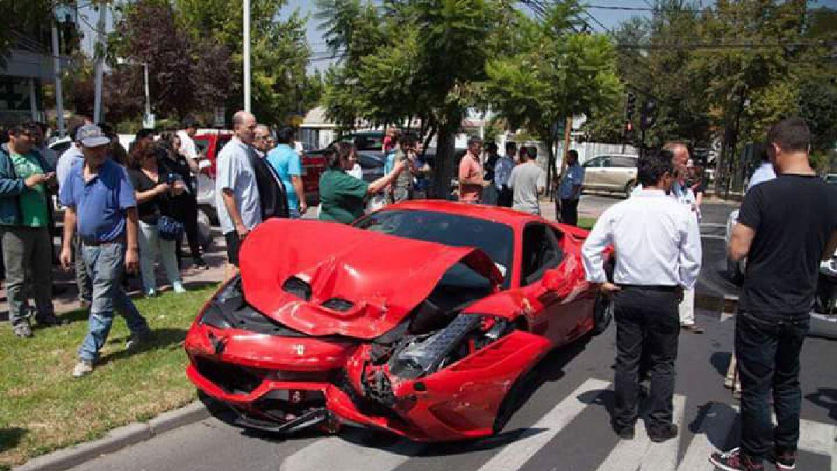 Chocan lujoso Ferrari en Vitacura