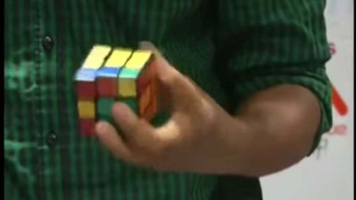 [VIDEO] Indio logra récord Guinness al resolver 5 cubos rubik en menos de dos minutos