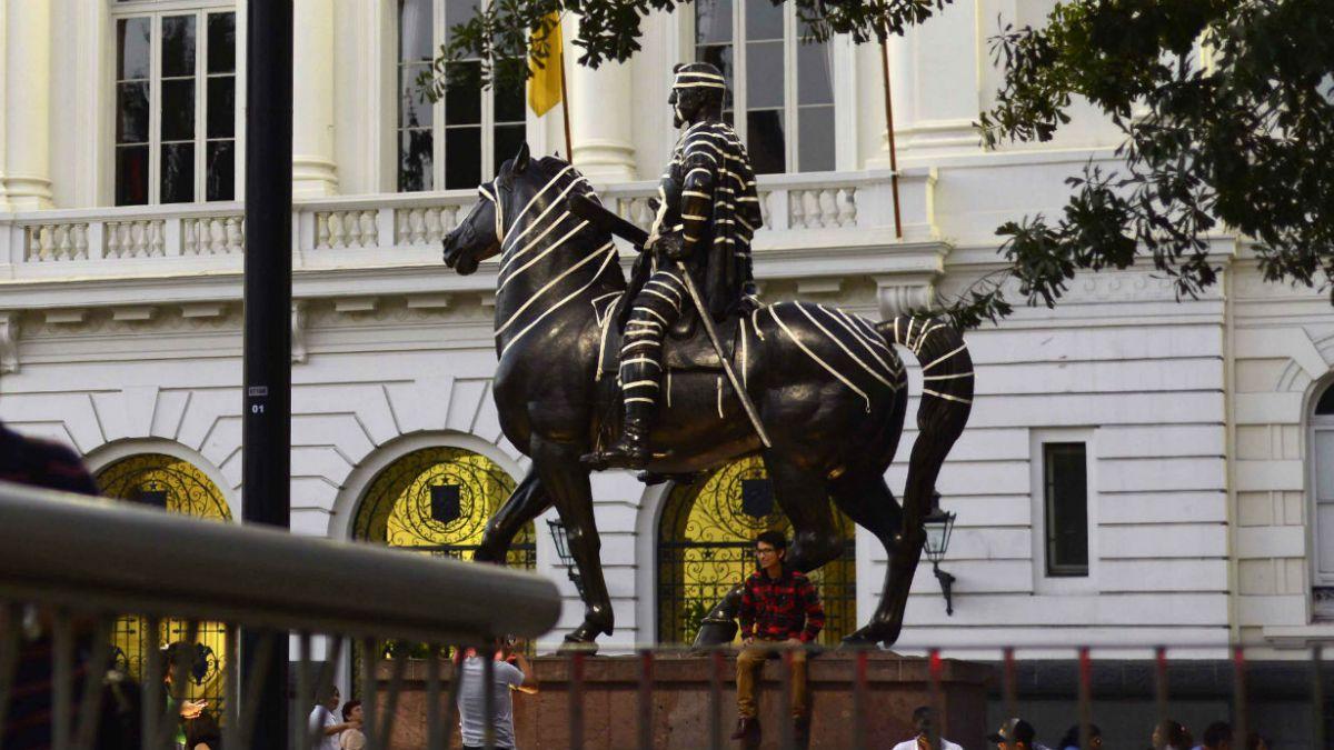 La explicación del artista que llenó de cinta adhesiva las estatuas de Santiago
