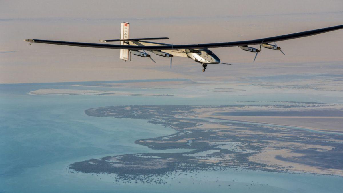Avión solar completó primera escala en Omán