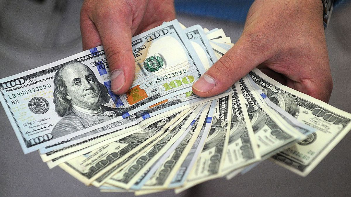 Dólar recupera terreno y cierra en $617