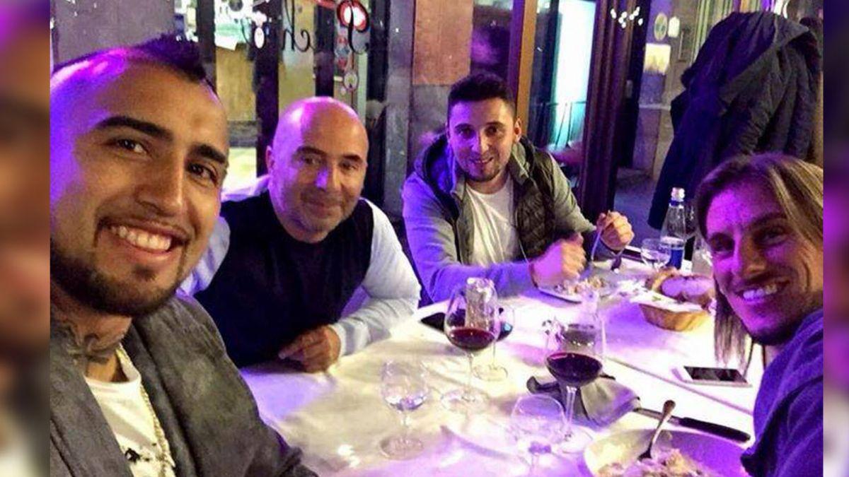 La selfie de Arturo Vidal con Jorge Sampaoli en Italia