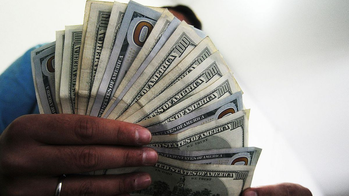 Dólar se derrumba más de $6 y retrocede hasta su nivel más bajo desde noviembre