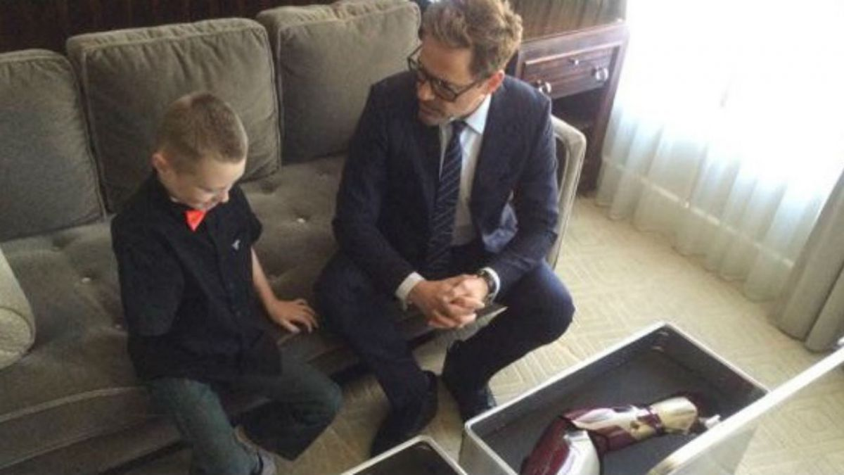 La historia tras el tierno regalo de Robert Downey Jr. a un niño sin brazo