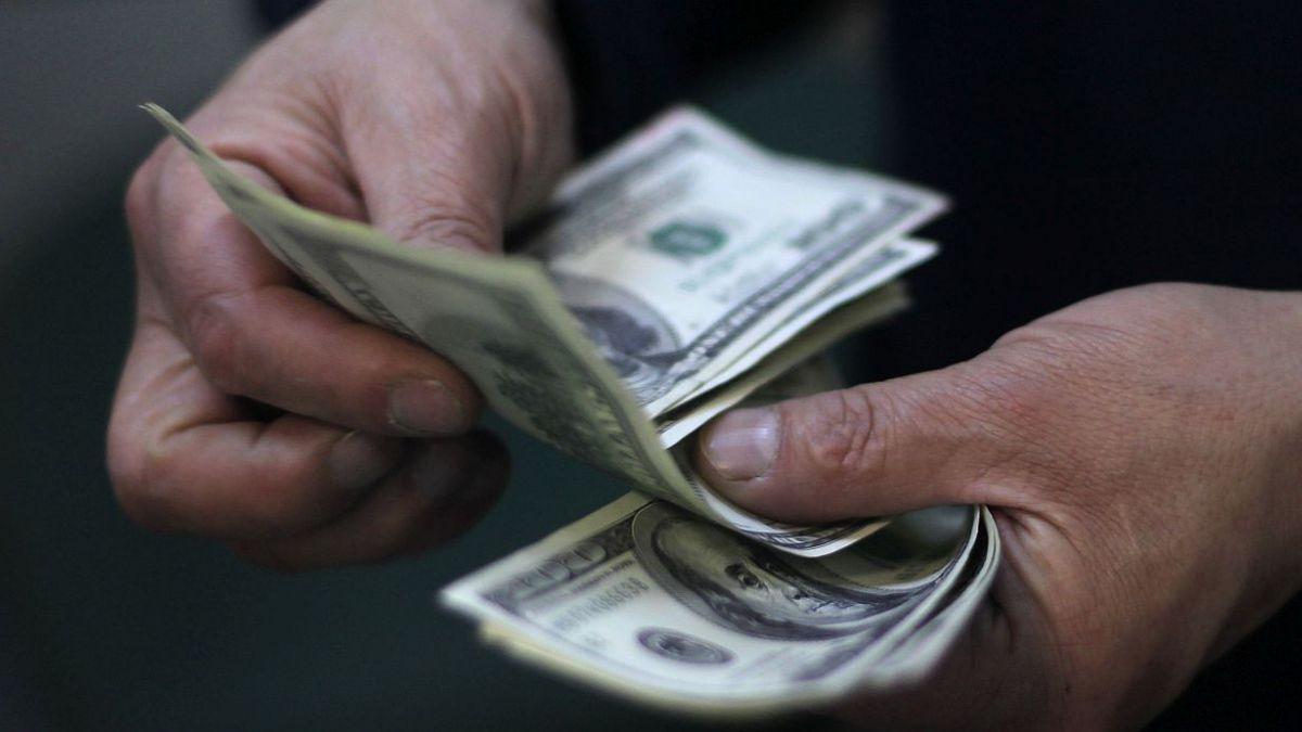 Dólar revierte alza y retrocede hasta $616
