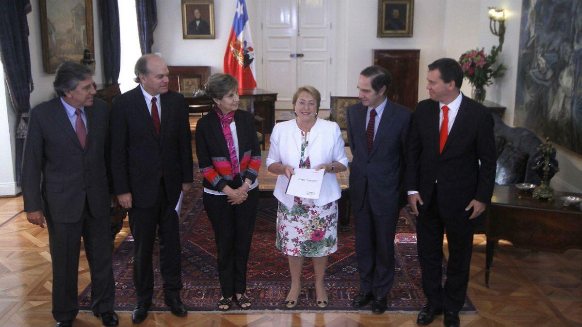 Bachelet recibió propuesta de parlamentarios para regular relación entre negocios y política