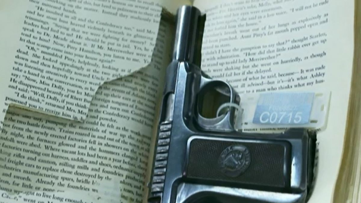[VIDEO] Cómo es por dentro el inmenso almacén de armas del FBI