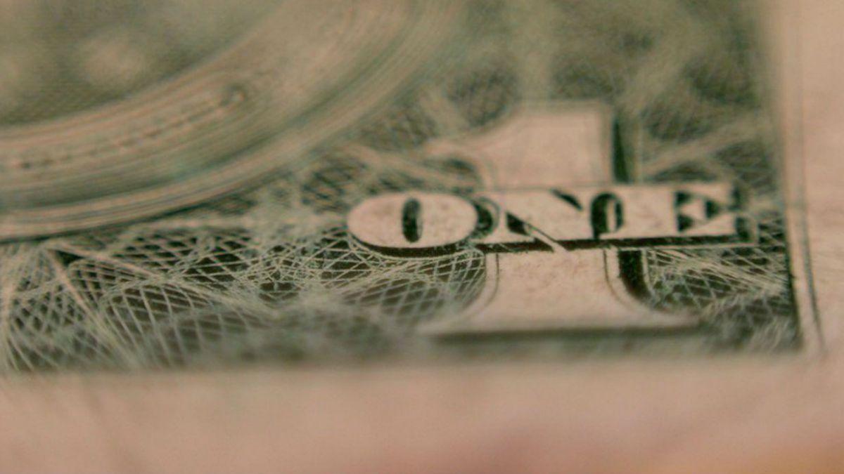 Dólar rompe barrera de los $700 por primera vez en doce años
