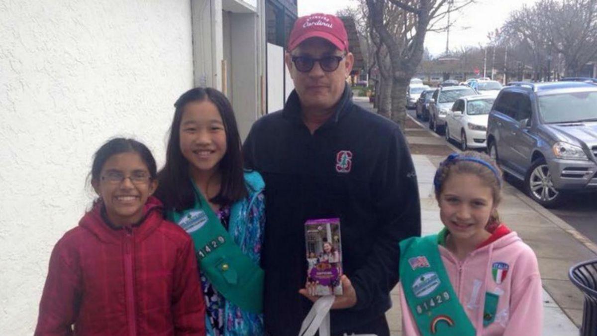 Tom Hanks ayudó a vender galletas a niñas scouts