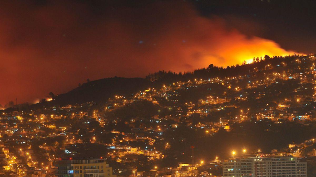 Mujer de 67 años muere a causa de un paro durante evacuación por incendio en Valparaíso
