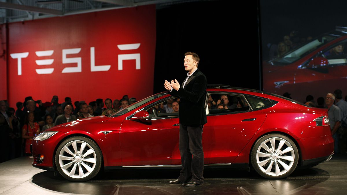 Tesla llama a revisión a 123.000 autos por problema en la dirección asistida