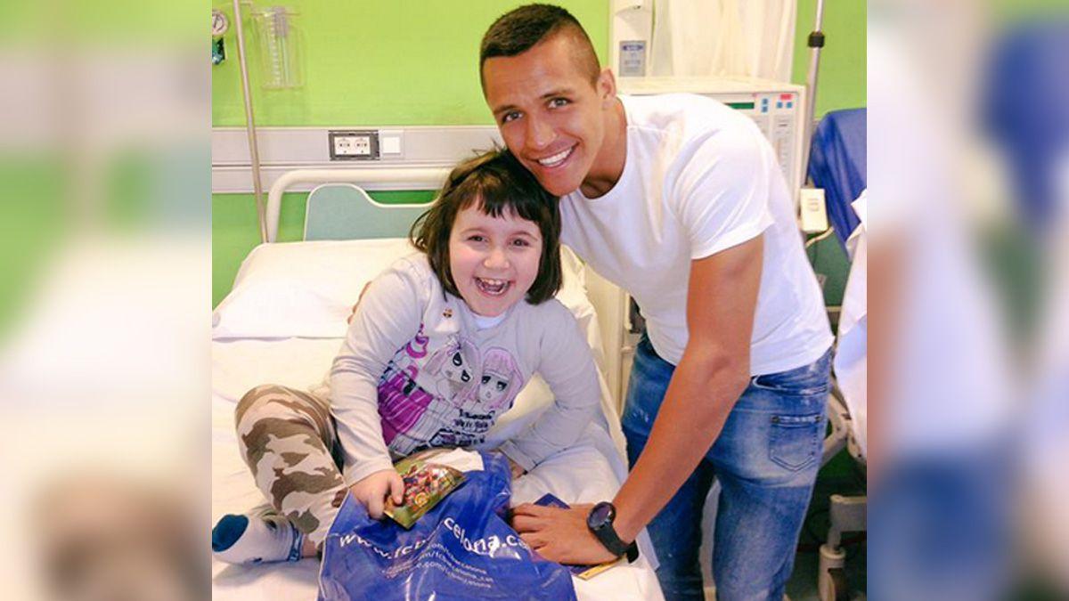 Alexis Sánchez hace feliz a niña hospitalizada