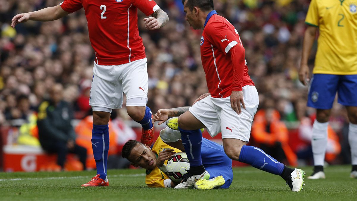 Críticas en España a Medel por el pisotón contra Neymar