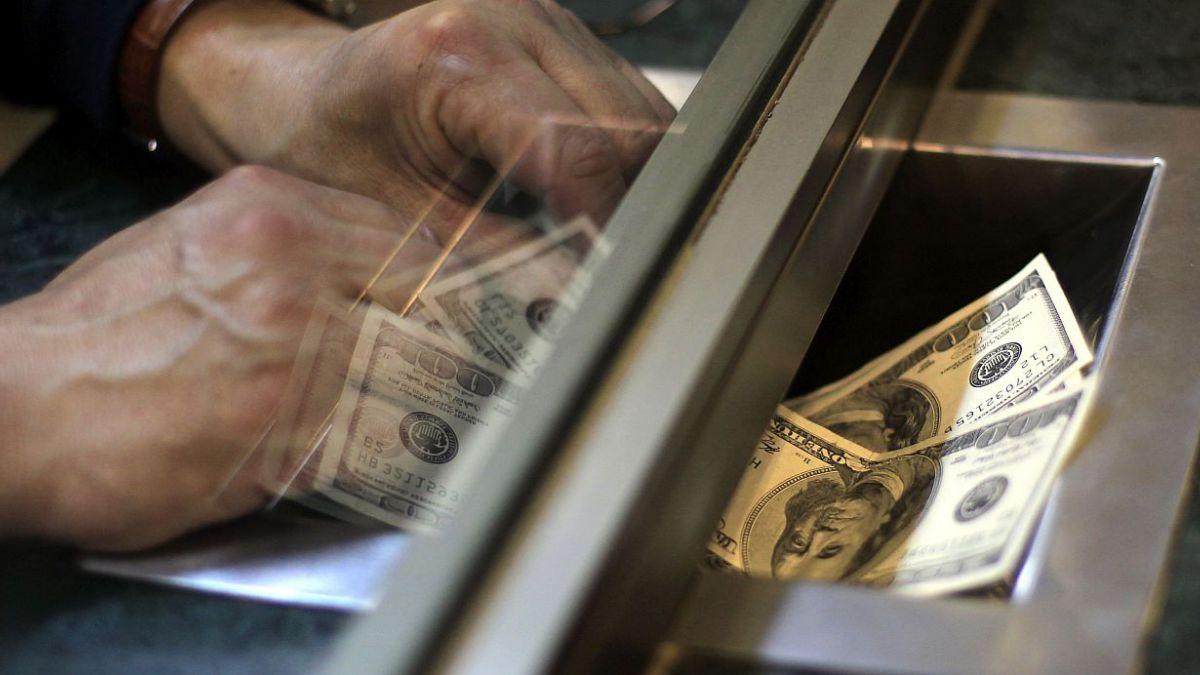Dólar opera con caída y extiende pérdidas de la jornada previa