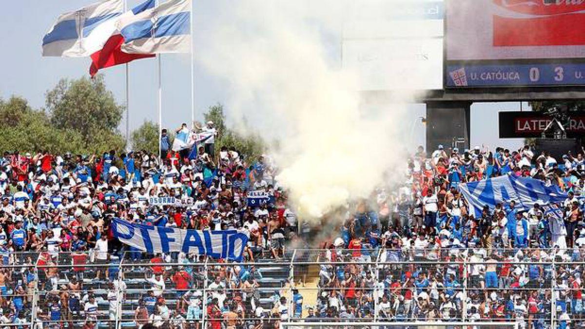 Cerca de dos mil fanáticos llegaron a arengar a la UC en San Carlos de Apoquindo