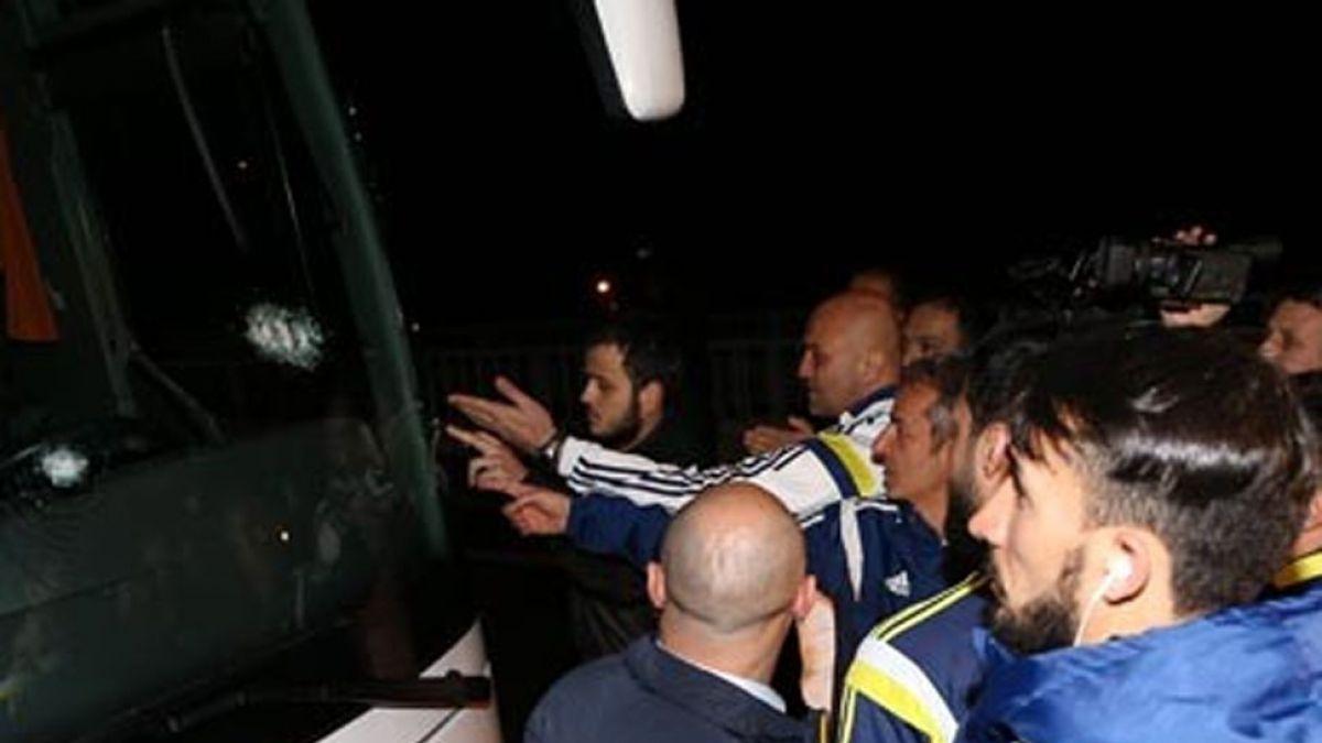 Autobús de Fenerbahçe turco sufre asalto y conductor es herido de bala