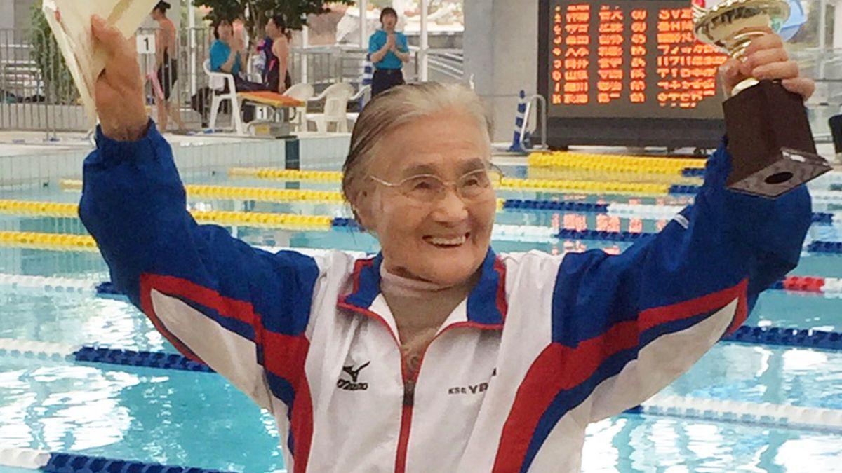 Japonesa centenaria bate récord de natación