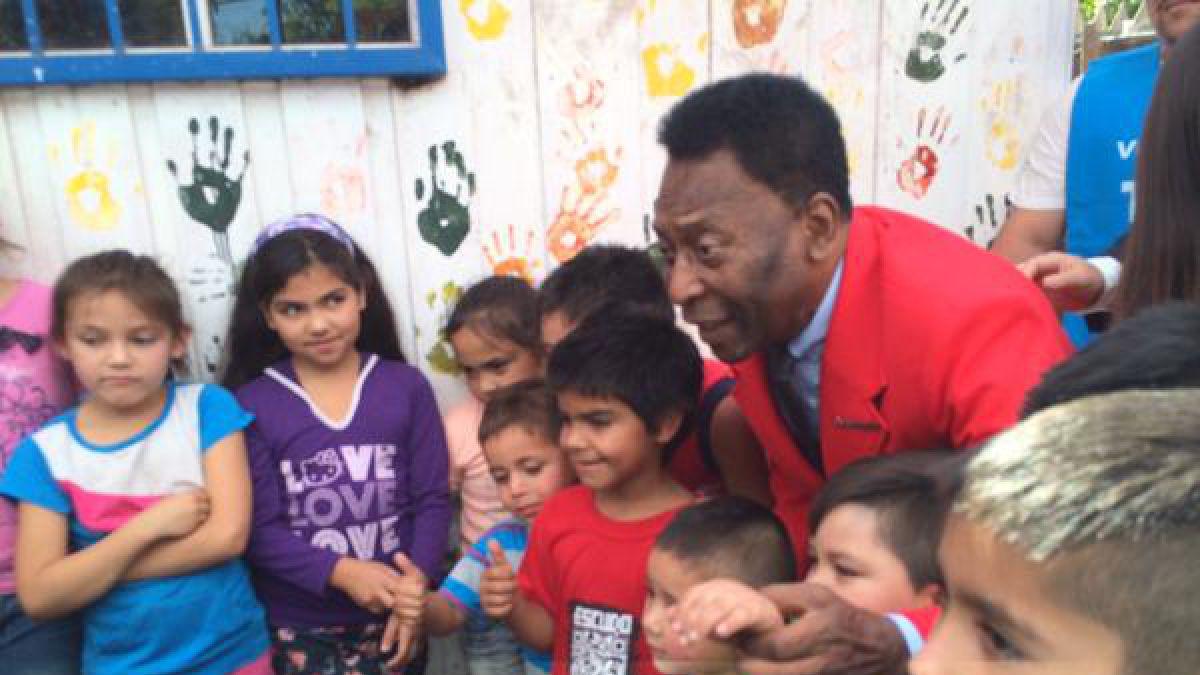 Pelé comparte con niños en campamento de La Pintana