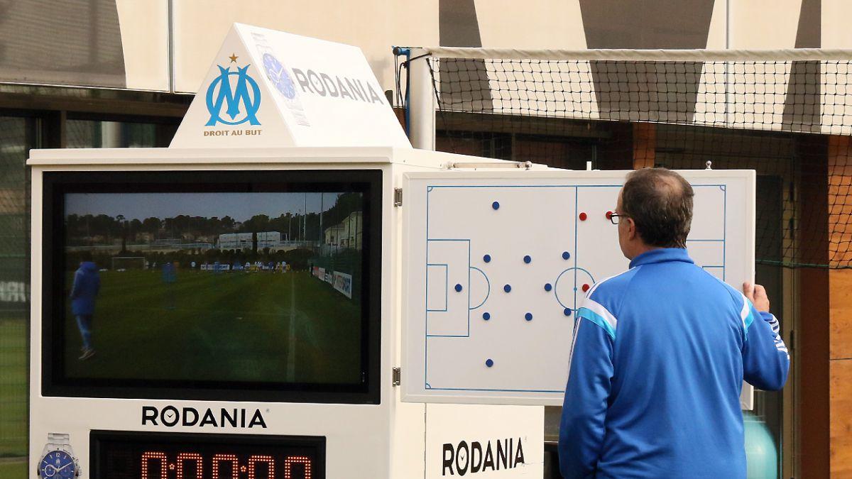 [VIDEO] Bielsa diseñó un carrito para grabar prácticas y el Olympique se lo construyó