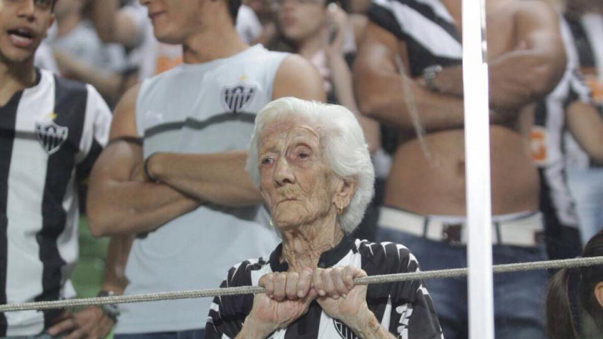 [VIDEO] 94 años de pasión: Conoce a la hincha más longeva de Brasil