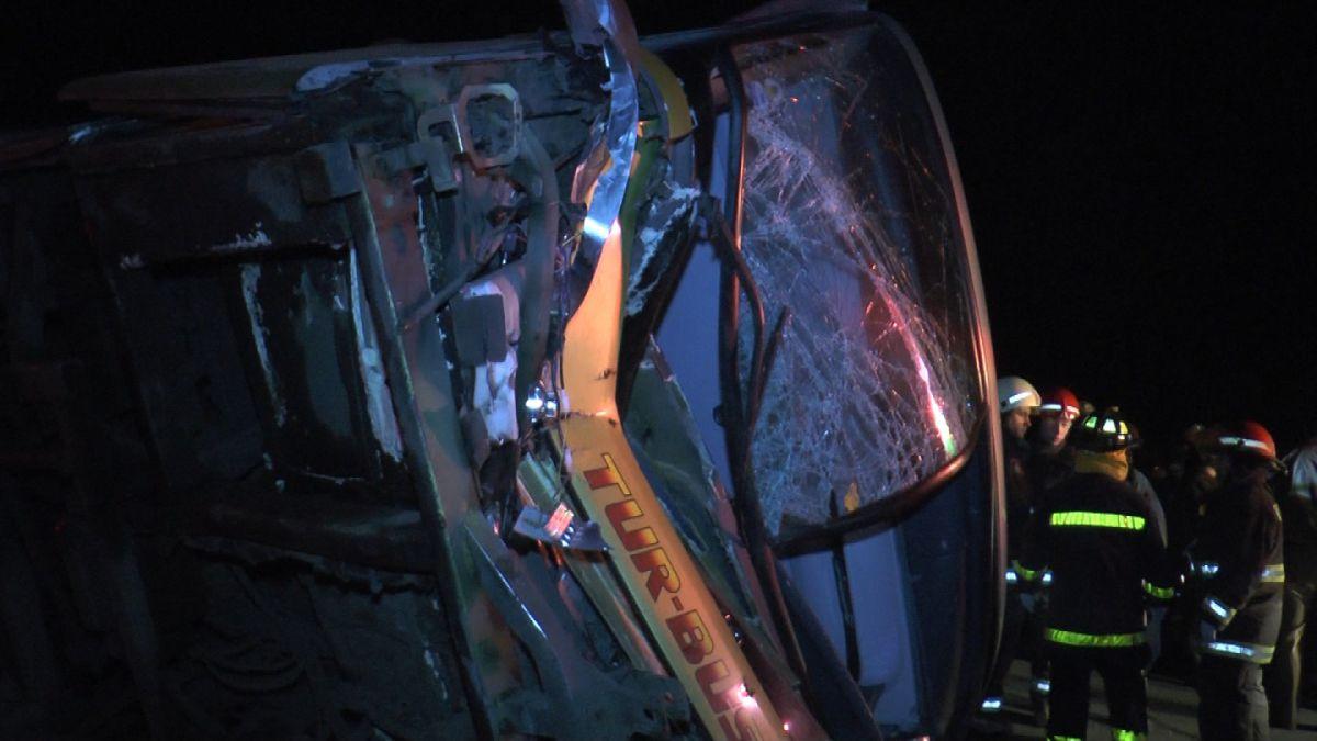 Bus de empresa TurBus se vuelca en carretera y deja dos fallecidos