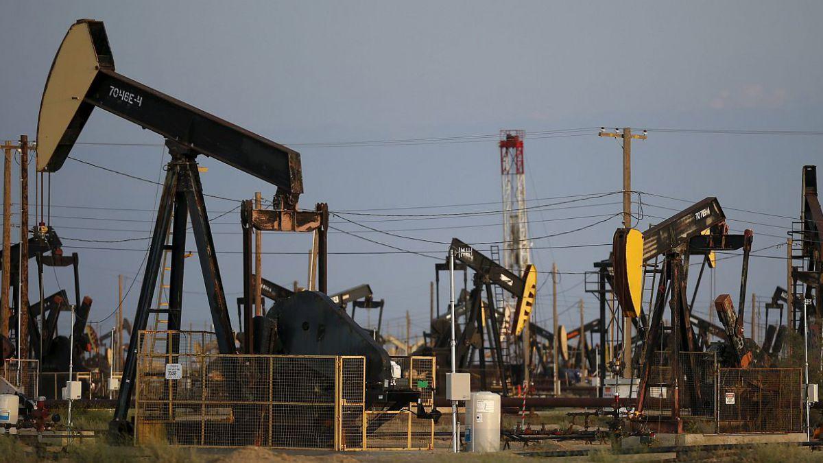 Reservas de crudo suben más a lo esperado en Estados Unidos