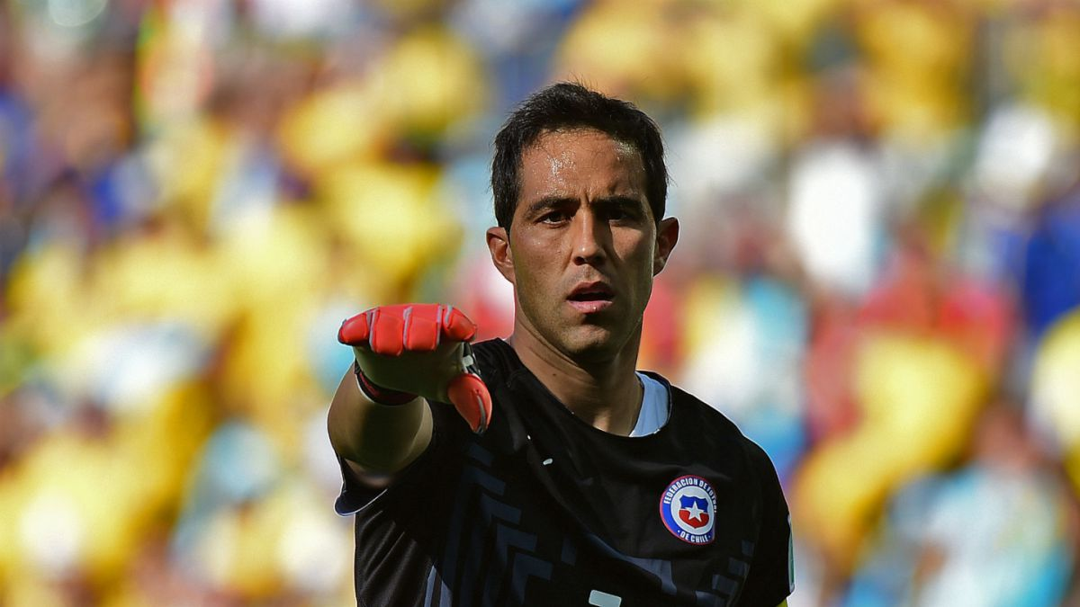 500 partidos de Bravo: Toda su carrera por la Roja y sus clubes en imágenes