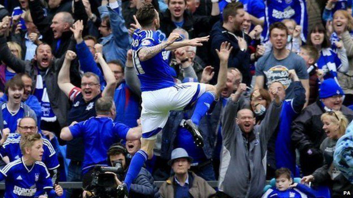 El futbolista que pagará por el techo que un aficionado rompió celebrando