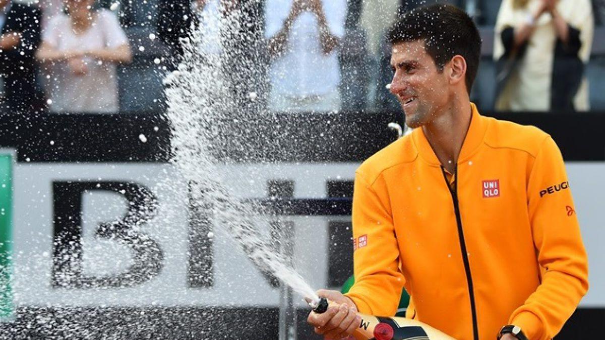 [VIDEO] Djokovic se golpea con corcho tras destapar botella de champaña