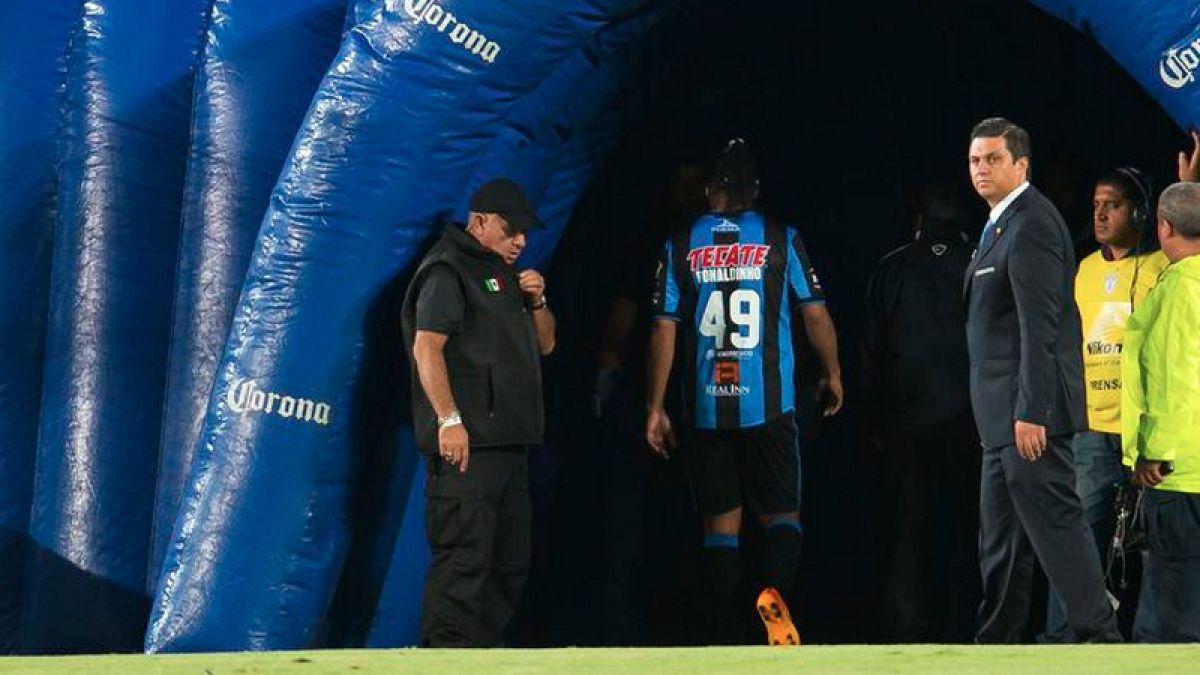 Ronaldinho abandona molesto el estadio por ser reemplazado en el Querétaro