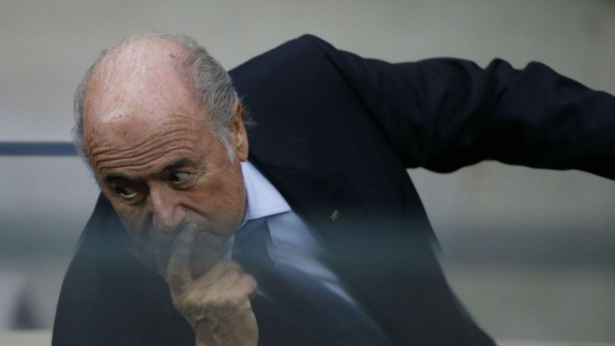 Presiones de marcas auspiciadoras de la FIFA habrían influido en renuncia de Blatter