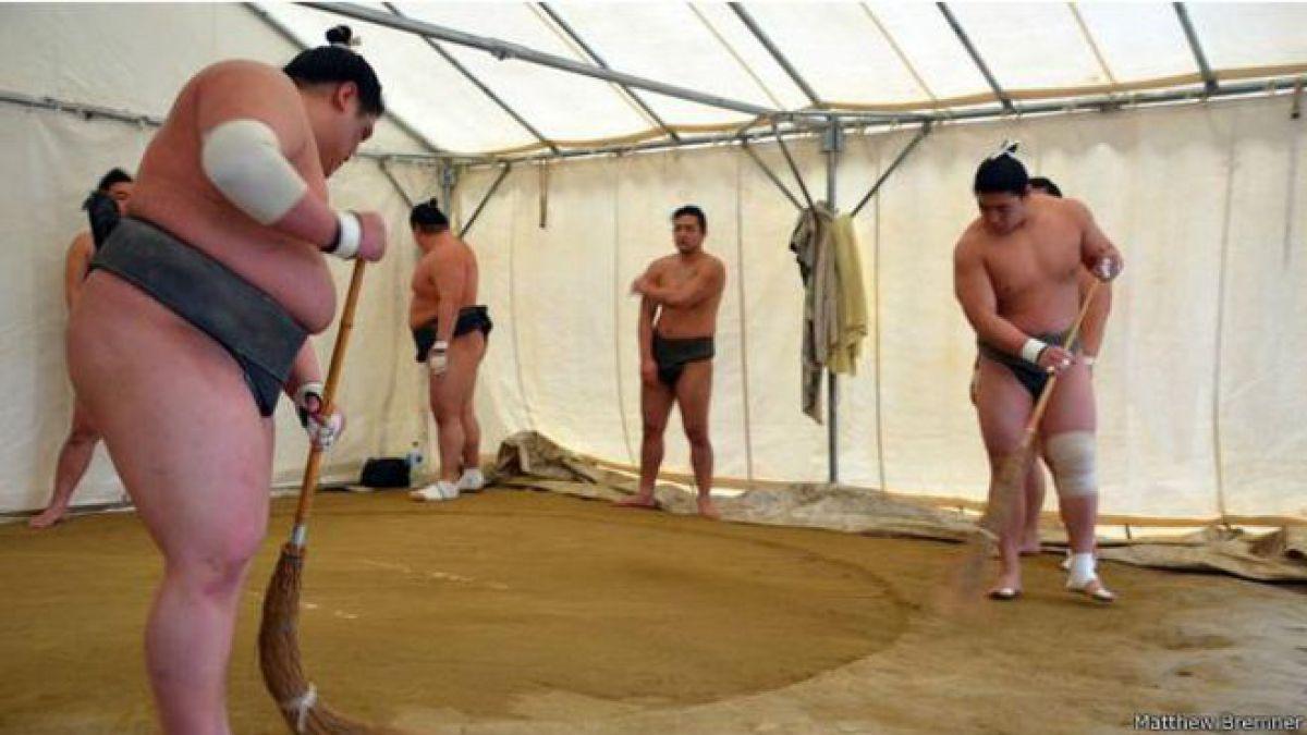 La brutal disciplina que convierte en campeón a un luchador de sumo