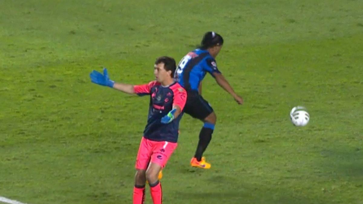 [VIDEO] Lo hizo otra vez: Ronaldinho le robó el balón al arquero cuando sacaba