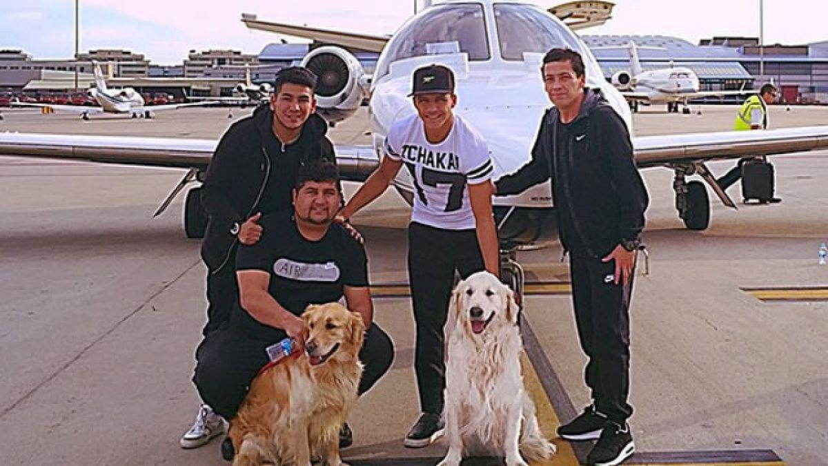 Alexis llega a Chile con sus perros regalones y se da tiempo para tomarse foto con fanática