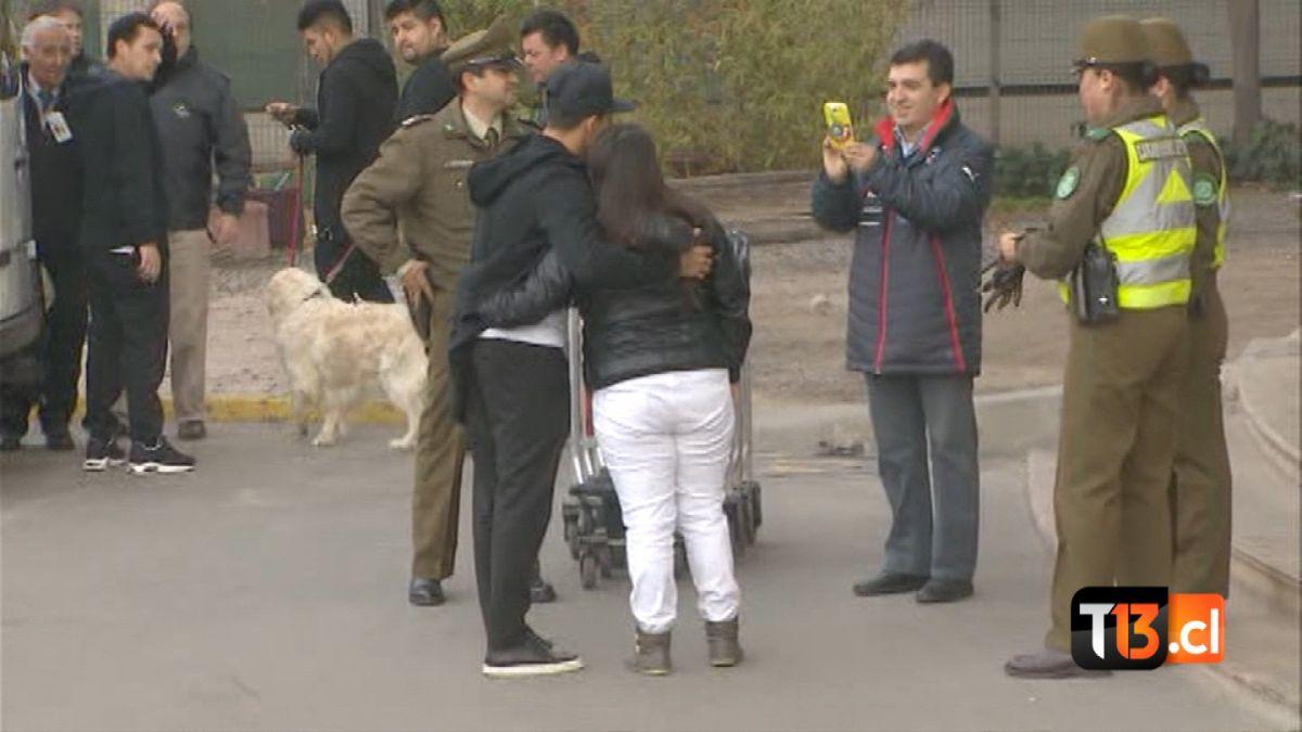 [VIDEO] Alexis Sánchez rescata a fanática de custodia policial y accede a fotografía