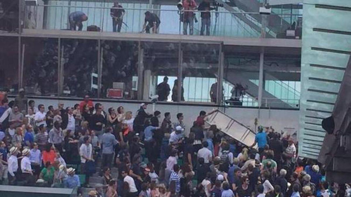 Susto en Roland Garros por caída de cartel en pleno partido