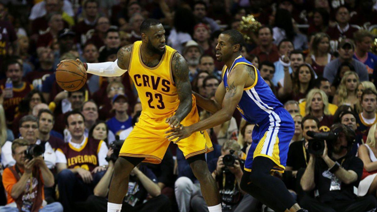 LeBron guía otra vez a Cavaliers sobre Warriors, y van 2-1 en final de la NBA