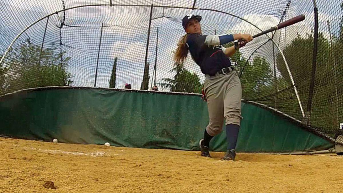 La primera mujer que podría jugar en las grandes ligas de béisbol de EE.UU.