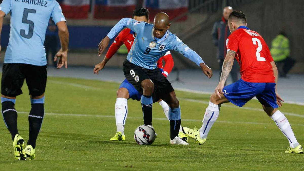 [VIDEO] Revisa el gol de Isla que abrió la cuenta en el duelo de Chile - Uruguay